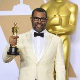 Jordan Peele posa con el Oscar a Mejor Guion Original