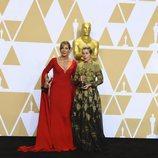 Allison Janney y Frances McDormand posan con los Oscar a Mejor Actriz Secundaria y Mejor Actriz