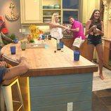 Participantes de 'Floribama Shore' en la cocina durante el episodio 1