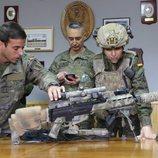 Paula Echevarria junto a un arma preparándose para 'Los nuestros 2'