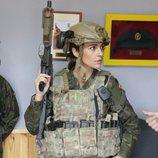 Paula Echevarría con un fusil de asalto preparándose para 'Los nuestros 2'