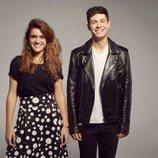 Amaia y Alfred, vestidos en colores blancos y negros, en el posado oficial para Eurovision 2018