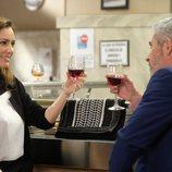 Kira Miró y Eduardo Velasco beben vino en 'Servir y Proteger'