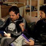 Alejandro Albarracín y Jimmy Barnatán, sentados en el sofá en 'Servir y Proteger'
