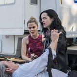 Jessica Jones y Trish Walker con un hombre herido en el suelo en la segunda temporada de 'Jessica Jones'