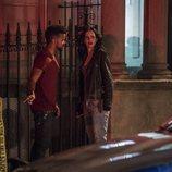Malcolm Ducasse hablando con Jessica Jones en la segunda temporada de 'Jessica Jones'