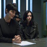 Jeri Hogarth y Jessica Jones en una mesa de comisaría en la segunda temporada de 'Jessica Jonnes'
