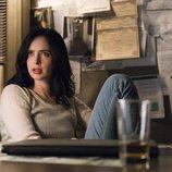 Jessica Jones sentada con cara extrañada en la segunda temporada de 'Jessica Jones'