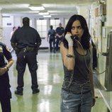 Jessica Jones habla por teléfono en la comisaría en la segunda temporada de 'Jessica Jones'