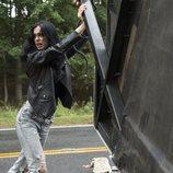 Jessica Jones sujeta un contenedor metálico en la segunda temporada de 'Jessica Jones'