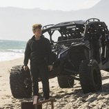 Ashley Stubbs, parado en la playa en la segunda temporada de 'Westworld'