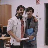 Antonio Hortelano y Manuel Feijoo sonríen en el último capítulo de la primera temporada de 'Colegas'