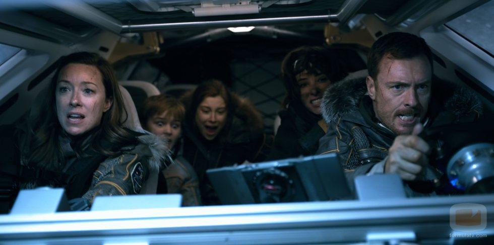 Los protagonistas de 'Lost in Space' tripulan una nave espacial en una foto promocional