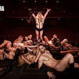Teté Delgado, rodeada de modelos desnudos, en el escenario de un teatro para Primera Línea