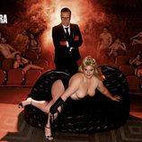 Teté Delgado, sexy en el sofá de un teatro, junto a Torito para Primera Línea