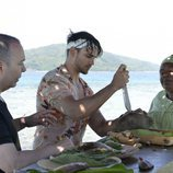 Sergio Carvajal intenta abrir un coco ante la mirada de Maestro Joao en 'Supervivientes 2018'