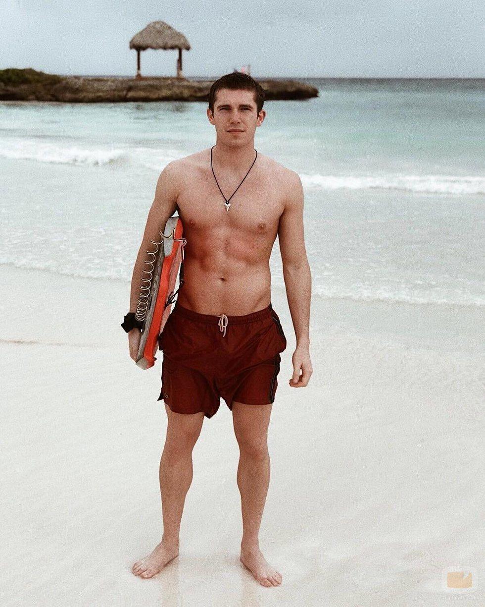 Eric Masip luce cuerpo con bañador en la playa