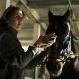 Clémence Poésy junto a un caballo la segunda temporada de 'Genius'