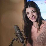 Ana Guerra sonríe a cámara en la grabación de la sintonía de cabecera de 'Fugitiva'