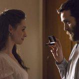 Carlos le entrega un regalo a Karina en el noveno episodio de la temporada 19 de 'Cuéntame cómo pasó'