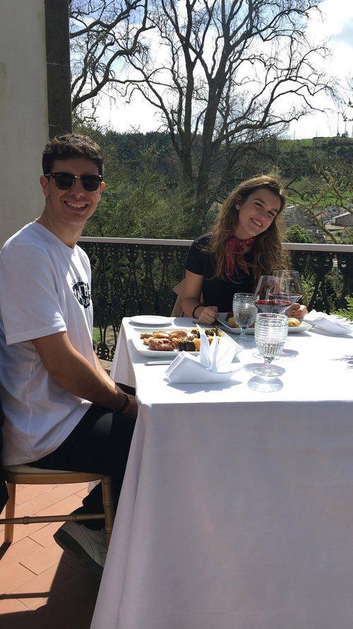 Alfred y Amaia comiendo durante su viaje a las Azores por la grabación de la postal eurovisiva