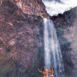 Alyson Eckmann posa completamente desnuda frente a una cascada