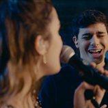 Alfred mira a Amaia mientras canta
