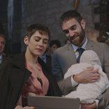 Carmen e Iñaki, en el bautizo de su hija en el primer capítulo de la cuarta temporada de 'Allí abajo'