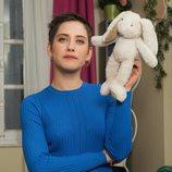 María León posa con un peluche en la mano para la cuarta temporada de 'Allí abajo'