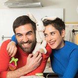 Posado de Jon Plazaola y María León con los juguetes de su hija en la cuarta temporada de 'Allí abajo'