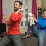 María León y Jon Plazaola afrontan la paternidad en la cuarta temporada de 'Allí abajo'
