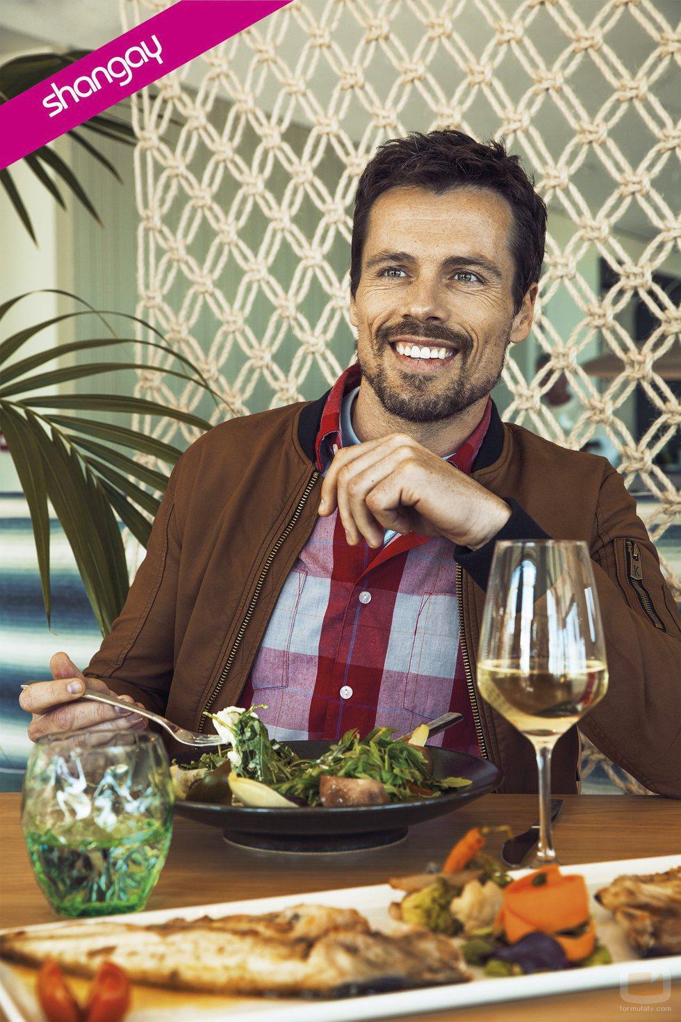 Octavi Pujades comiendo sonriente en la revista Shangay