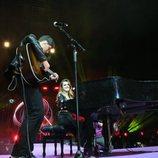 Amaia mira a Alfred mientras toca la guitarra en La noche de Cadena 100