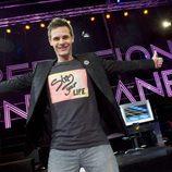 Christian Gálvez con las manos abiertas promocionando 'Operación Tony Manero'