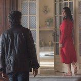 Félix y Julia se miran en un episodio de 'Félix'