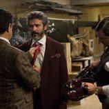 Pedro Casablanc coloca la corbata a Leonardo Sbaraglia en 'Félix'