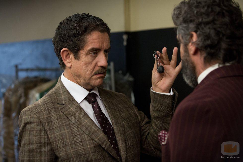 Pedro Casablanc enseña unas llaves a Leonardo Sbaraglia en 'Félix'