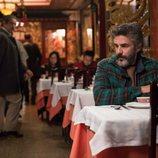 Leonardo Sbaraglia mira de reojo a Pedro Casablanc en 'Félix'