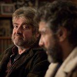 Óscar mira a Félix durante un episodio de 'Félix'.
