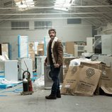 Félix en un almacén de electrodomésticos estropeados en 'Félix'