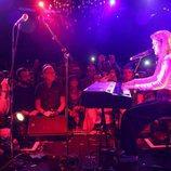 Amaia, al piano, canta en la London Eurovision Party 2018