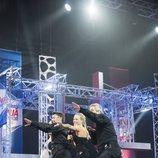 Los presentadores de 'Ninja Warrior' hacen el gesto clásico del programa