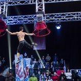 Un concursante realiza una de las pruebas en la segunda edición de 'Ninja Warrior'