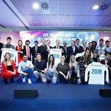 Los concursantes de 'OT 2017' junto a jugadores y directivos del Real Madrid