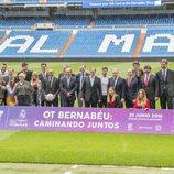 Los concursantes de 'OT 2017' junto a directivos y jugadores del Real Madrid en el césped del Santiago Bernabéu