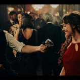 Álex García entrega un pañuelo a Michelle Jenner en 'El Continental'