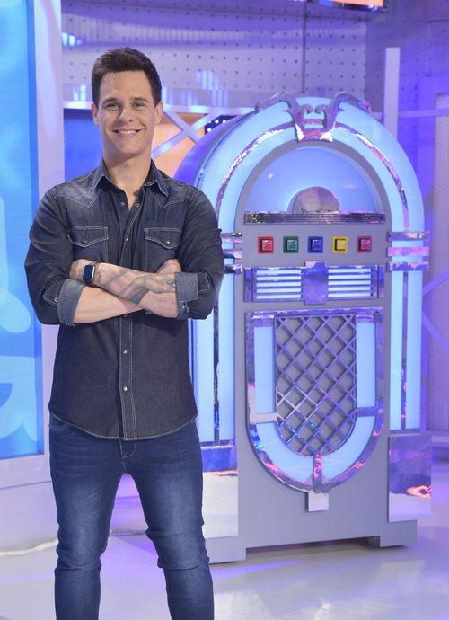 Christian Gálvez posa delante de una jukebox que estará en el plató de 'Pasapalabra en familia'