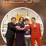Jurado y presentadora de la sexta edición de 'MasterChef' con el trofeo del ganador
