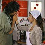 Kerim besa la mano de Fatmagül en la segunda temporada de 'Fatmagül'