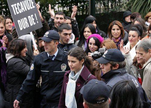 Fatmagül y su familia, escoltados por la policía en la segunda temporada de 'Fatmagül'